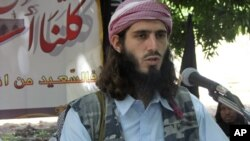 American-born Islamist militant Omar Hammami, 27, speaks during a news conference held by the militant group al-Shabab at a farm in southern Mogadishu's Afgoye district in Somalia. (May 11, 2011 file photo)