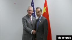 美國國務卿蒂勒森在德國波恩出席20國集團外長會議期間會晤了中國外長王毅。(視頻截圖)