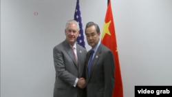 美国国务卿蒂勒森和中国外长王毅星期五(2月17日)在德国波恩首次会晤。(视频截图)