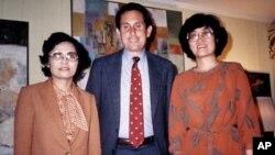 前美国联邦众议员索拉兹1985年会见台湾政治犯家属许荣淑(左穿外套者)、周清玉(右穿洋装者)