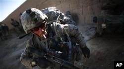 امریکی فوجی افغان صوبے قندھار کے علاقے زاہری میں گشت کرتے ہوئے۔ (فائل فوٹو)