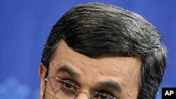 伊朗总统艾哈迈迪.内贾德6月7日在德黑兰的记者会上向媒体讲话