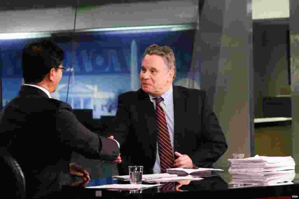 美国联邦众议员、国会及行政部门中国委员会联席主席克里斯·史密斯和VOA卫视主持人许波握手