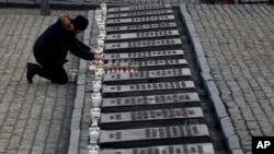 Свечи в память о жертвах нацистского концлагеря Аушвиц. Освенцим. 27 января 2020 г.