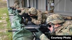 美國陸軍駐歐洲部隊2016年11月17日參與訓練(美國陸軍照片)