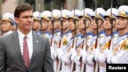 美國國防部長埃斯珀2019年11月19日訪問越南檢閱儀仗隊。(路透社)