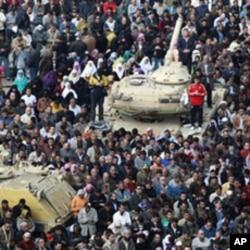 La prière du vendredi des manifestants anti-Moubarak sur la place Tahrir