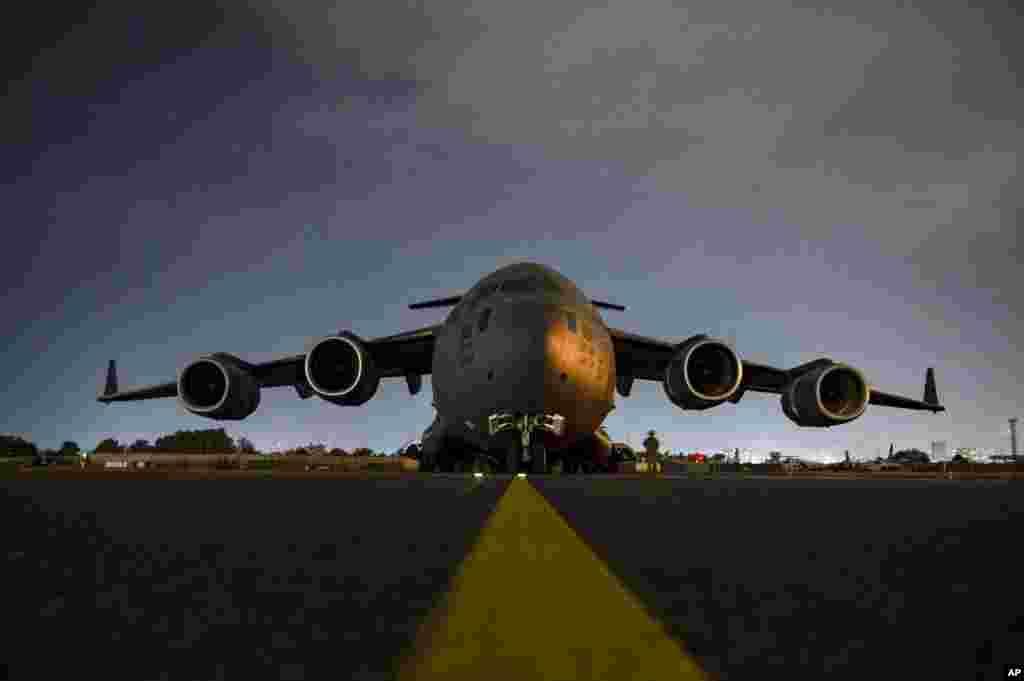 Yon gwoup milite fos ayeryenn Etazuni fe preparasyon pou solda yo monte abo avyon C-17 Globemaster III a pou kite Afghanistan, 30 Out, 2021.