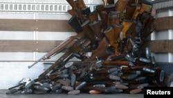 Một phần nhỏ số súng được Sở Cảnh sát Los Angeles thu mua để trên một chiếc xe vận tải, 26/12/12