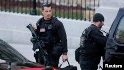 En septiembre, un individuo con un cuchillo saltó la valla de la Casa Blanca y se las arregló para ingresar a la mansión, antes de ser abordado por los oficiales de la agencia.