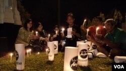 Doa bersama dengan nyala lilin untuk para korban kecelakaan pesawat AirAsia di Solo, Jawa Tengah (3/1). (VOA/Yudha Satriawan)