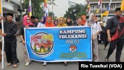"Warga Kampung Toleransi Paledang melakukan pawai untuk meramaikan Parade ""Bandung Rumah Bersama"" di Bandung, Jawa Barat. (Foto: ilustrasi / dok. Rio Tuasikal-VOA)"