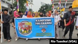 "Pawai dari Kampung Toleransi Paledang ikut meramaikan Parade ""Bandung Rumah Bersama"" di Bandung, Sabtu, 14 Februari 2020. (Foto: Rio Tuasikal/VOA)"
