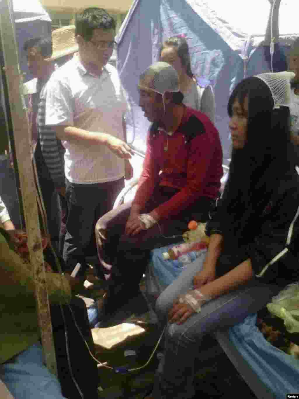 22일 중국 간쑤성 딩시 시 지진 피해 주민들이 응급치료를 받고 있다.