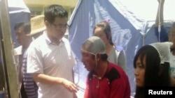 مجروحان زمین لرزه چین در حال دریافت کمک های پزشکی ، ۲۲ ژوییه ۲۰۱۳