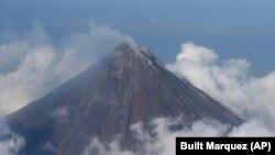 Gunung Mayon di provinsi Albay, 550 kilometer tenggara Manila, mungkin akan meletus dalam beberapa hari ini.