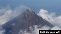 马尼拉市以南340公里的马荣火山