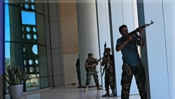نیروهای مخالف در خارج از هتل «کورینتیا»، که بسیاری از خبرنگاران خارجی در آنجا اقامت دارند، درحال مبارزه با نیروهای قذافی هستند. ۲۵ اوت ۲۰۱۱