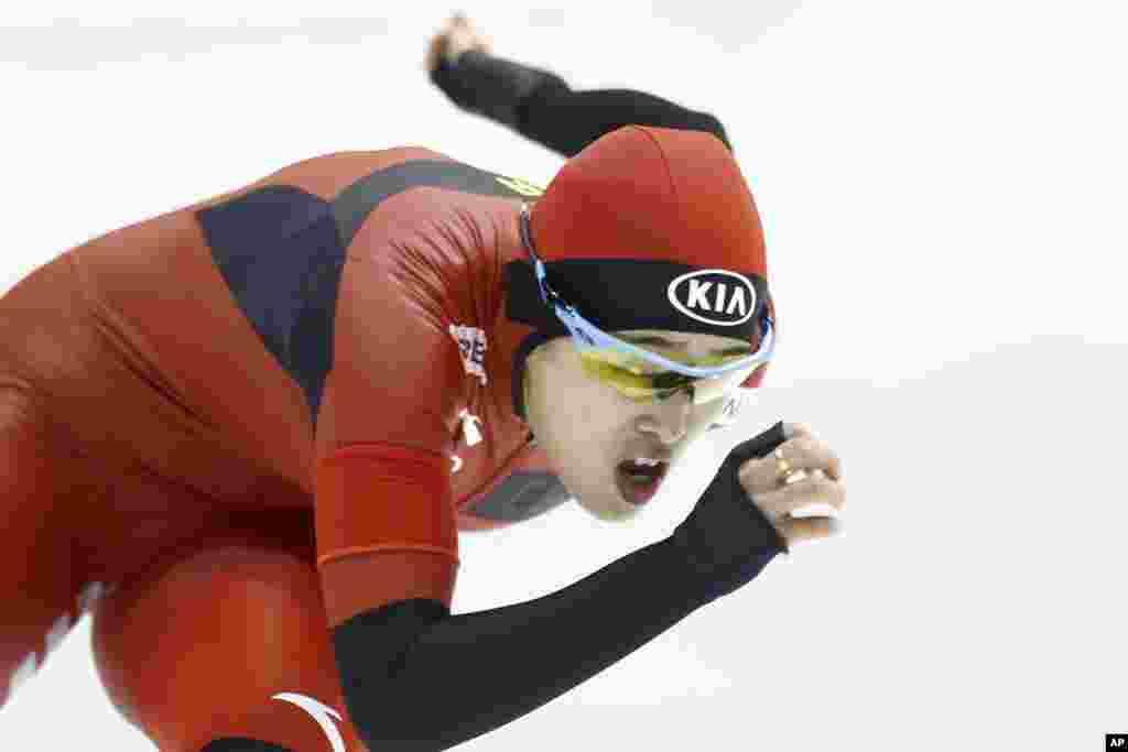 កីឡាការនី Yu Jing របស់ប្រទេសចិន ជិះកា្តរបន្ទះក្នុងពេលប្រកួត Speedskating World Cup ដែលមានចម្ងាយ៥០០ម៉ែត្ររបស់នារី នៅក្នុងក្រុង Heerenveen ភាគខាងជើងនៃប្រទេសហូឡង់។ 
