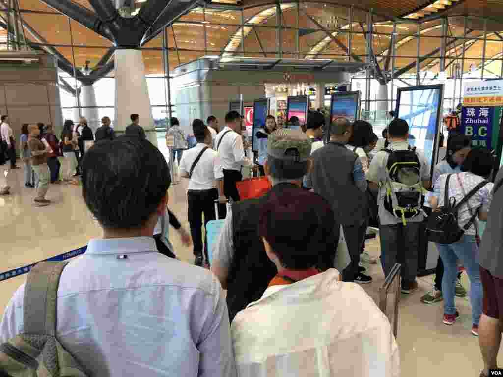 """港珠澳大橋香港口岸大批旅客購買穿梭巴士""""金巴""""車票的混亂情況。(美國之音湯惠芸拍攝)"""