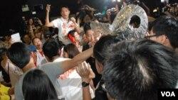 過去一年來香港社會上泛民及建制派的政治意見表達越來越激化,多次出現支持者衝擊論壇的場面