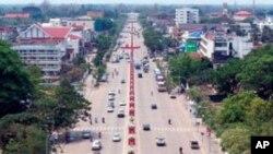 Xe cộ trên đường Lanxang ở thủ đô Vientiane, Lào