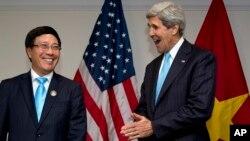 Menlu Vietnam Pham Binh Minh (kiri) saat bertemu Menlu Amerika John Kerry di Brunei Darussalam (foto: dok).