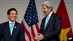 Ngoại trưởng Mỹ John Kerry và Bộ trưởng Ngoại giao Việt Nam Phạm Bình Minh gặp nhau tại Bandar Seri Begawan, Brunei, tháng 7/2013.