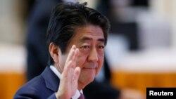 7일 라오스 수도 비잔티안의 동남아시아국가연합(아세안) 정상회의장에 도착하면서 손을 들어 인사하는 아베 신조 일본 총리.