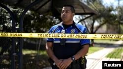 Офицер полиции охраняет место происшествия в городе Остин. 12 марта 2018 г.