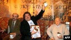Наум Коржавин (справа) после присуждения литературной премии Дмитрию Быкову (в центре)