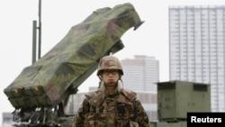 도쿄에 배치된 패트리어트 지대공 요격 미사일 앞에 서 있는 일본 자위대 병사 (자료사진)