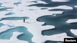 2011年7月12日美國海岸警衛隊希利破冰船船員在北冰洋執行任務之中檢查空投的供應品。