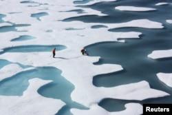 2011年7月12日美国海岸警卫队希利破冰船船员在北冰洋执行任务之中检查空投的供应品