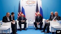 川普总统与俄罗斯总统普京在G20的会场外见面,只有美俄两国元首跟两国外交首长参与,会谈时没有媒体在场。原本预定两人会面时间大约半小时,但最后两个人谈了两小时又15分钟。(2017年7月7日)