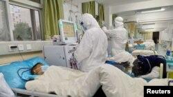 Bác sĩ chăm sóc bệnh nhân tại Bệnh viện Trung ương Vũ Hán (ảnh được bệnh viện đưa lên mạng ngày 25/1/2020).