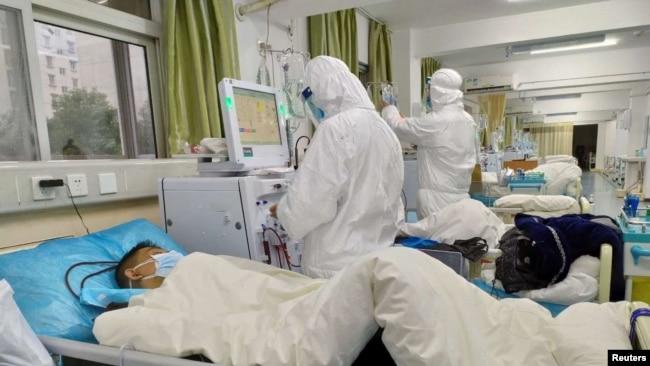 武汉市中心医院2020年1月25日上传到社交媒体上的照片显示医疗人员正在照顾患者。