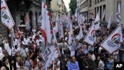 Para pendukung partai sayap kanan Hungaria, Jobbik, berunjuk rasa anti kebijakan ekonomi pemerintah di Budapest (12/5).