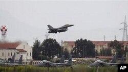 芬兰的一架F-16战机在意大利西西里岛南部的北约空军基地起飞