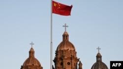 一面中国国旗在北京王府井天主教堂前飘扬。(2020年10月22日)