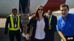 Angelina Jolie ဘဂၤလားေဒ့ရွ္ကို ေရာက္လာစဥ္