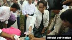 ေဒၚေအာင္ဆန္းစုၾကည္က ဒီကေန႔ ေကာ႔မွဴးမွာ တႏုိင္ငံလံုး အမိွုက္ကင္းရွင္းေရး လႈပ္ရွားမႈအေနနဲ႔ အမိႈက္ေကာက္ခဲ႔(Photo-NLD Chairperson)
