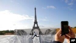 Фото: площа Трокадеро в Парижі стала місцем, де французький художник JR виставляє свої роботи
