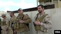 美国退伍老兵在伊拉克与基督教民兵在一起。(2016年3月30日)