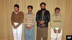 Para tersangka yang ditahan pihak berwenang Pakistan atas tuduhan membantu pelaku serangan di Universitas Bacha Khan, diperlihatkan ke hadapan para wartawan di Peshawar, Pakistan (23/1).
