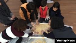 지난달 31일 서울 양천구 국제선센터에서 탈북민, 외국인들과 함께하는 설맞이 행사가 열렸다. 참가자들이 인절미 만들기 체험을 하고 있다.
