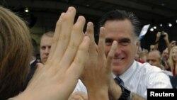 Mitt Romney salue la foule à Sanford, en Floride, le 5 nov. 2012