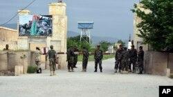 پادگان سربازان افغان در مزارشریف پس از حمله مردان مسلح طالبان