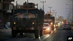 Konvoi militer Turki memasuki perbatasan Suriah utara hari Rabu (9/10).