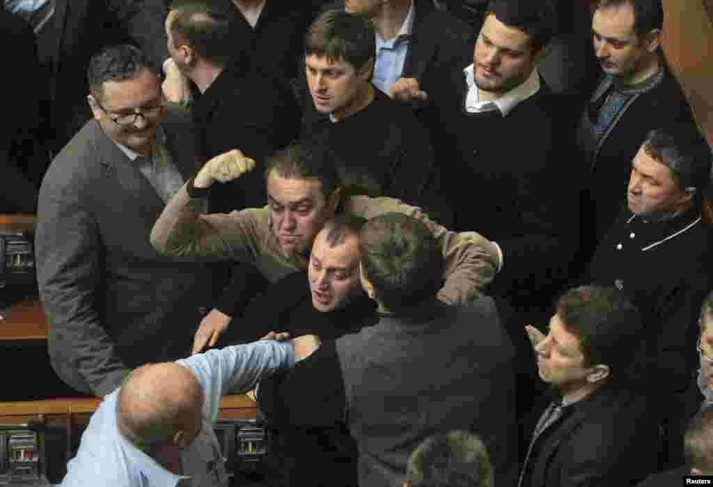 21فروری 2014 کو یوکرین کی پارلیمنت کے ایک اجلاس کے دوران ارکان گُتم گُتھا ہو گئے